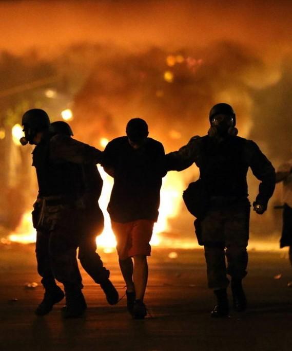 Agentes antidisturbios brasileños detienen a un manifestante | Efe
