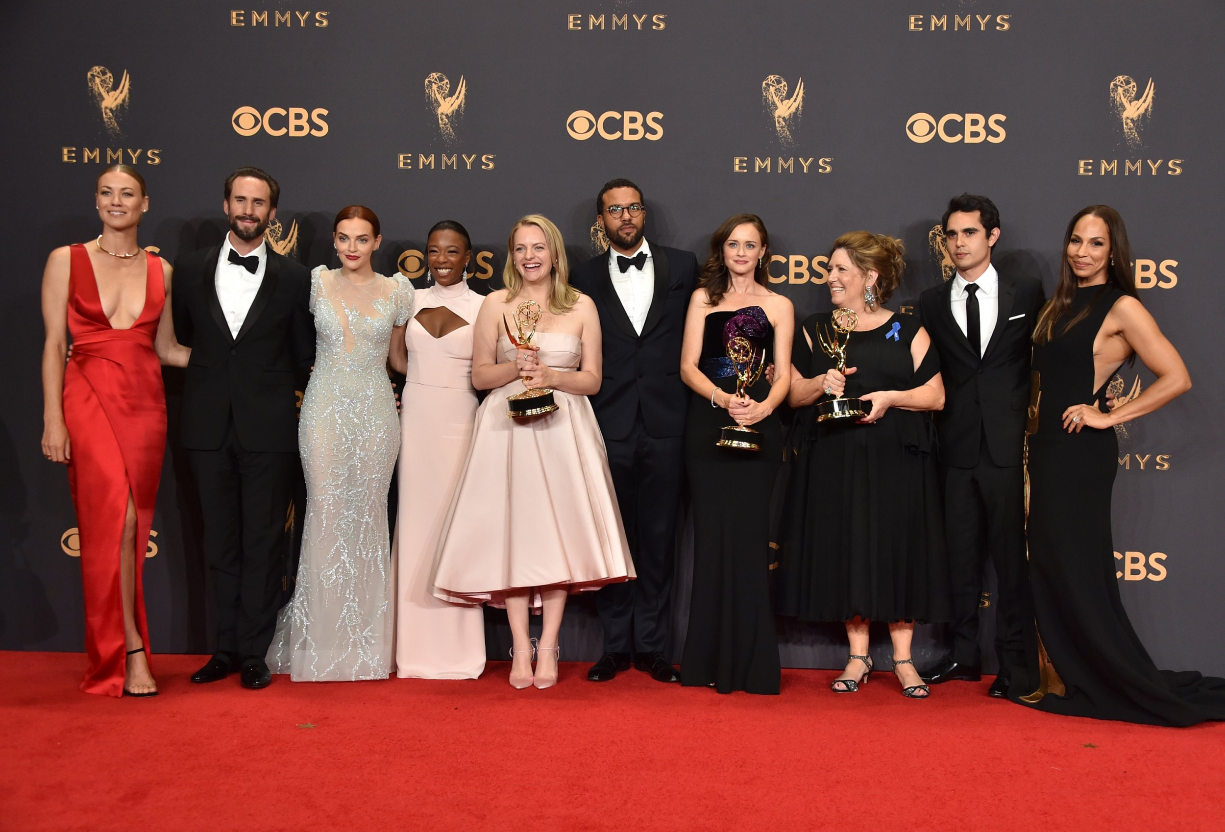 Hd Girl Highlights Wallpaper 2017 Emmys Highlights The Handmaid S Tale Makes History