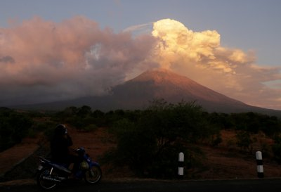 Bali Volcano Eruption Disrupts Travel as Mount Agung Emits ...