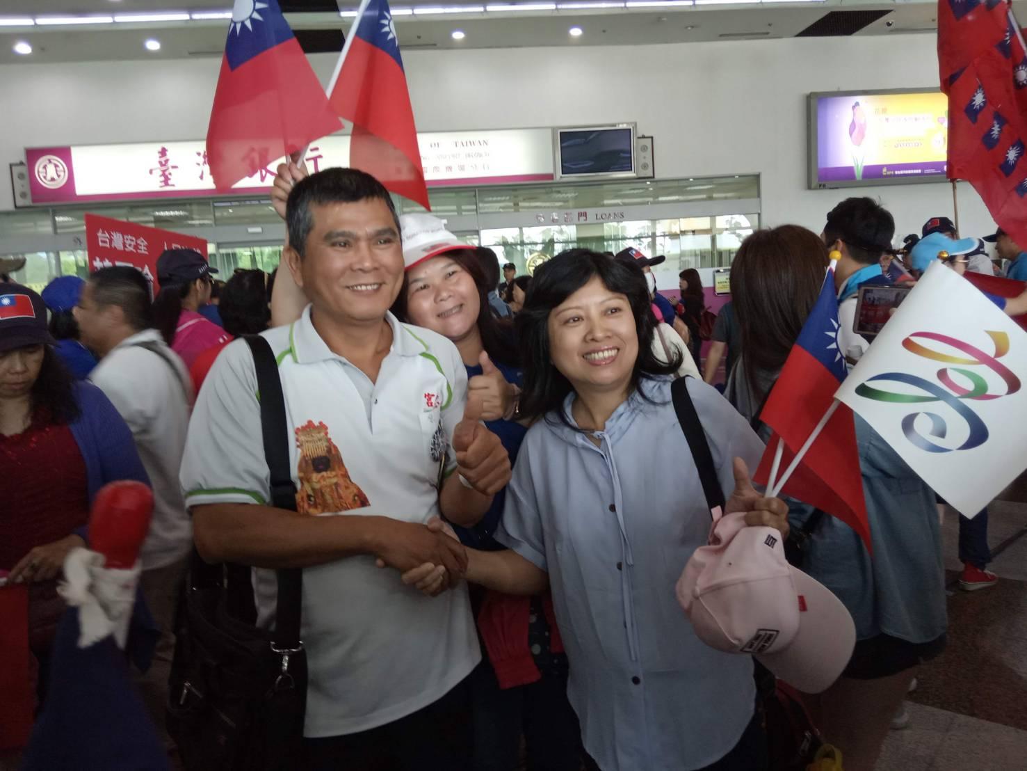 (影) 韓國瑜返抵國門 韓粉萬人小港機場接機高喊「韓總統」 | 政治 | 新頭殼 Newtalk