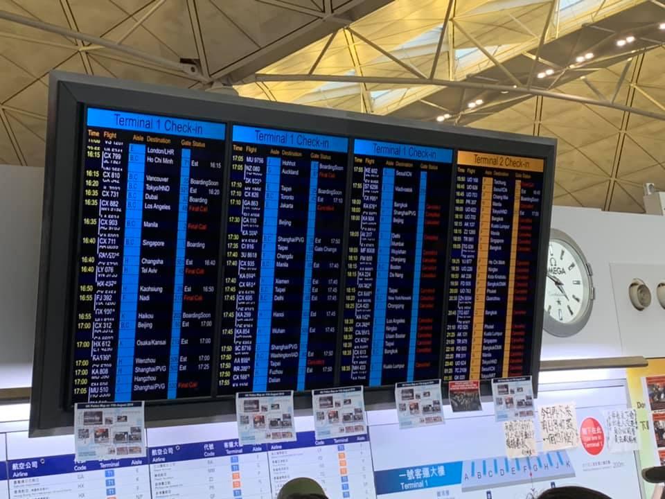 警察還眼行動 黃之鋒 : 機場網路未切斷 仍有上千示威者在接機大堂 | 中國 | 新頭殼 Newtalk