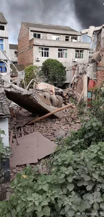疑似油罐車車體的一部分,遭爆炸炸飛,落在附近民宅。圖:翻攝自微博