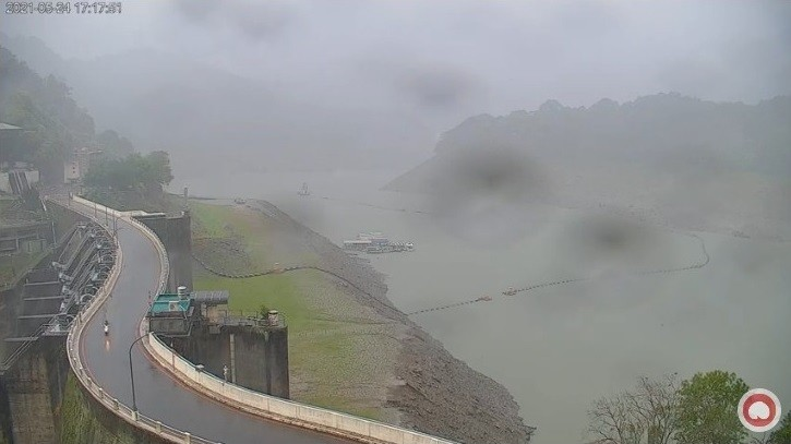 石門水庫水位狂升24公尺!對比照曝光 網嗨翻:淹過草坪了