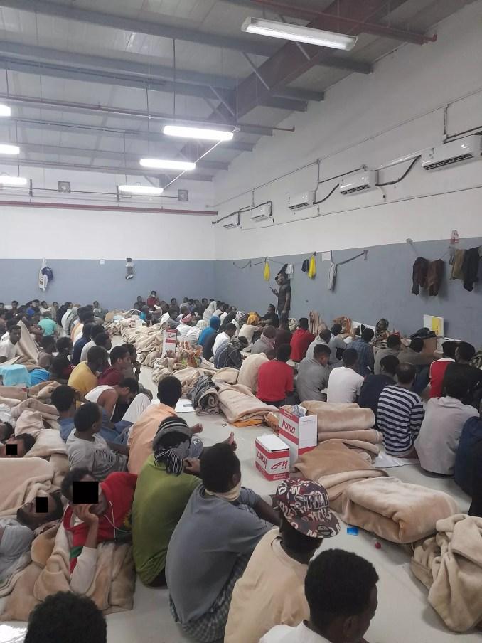 Des dizaines de migrants éthiopiens entassés dans une salle du centre de rétention Al-Shumaisi, à Riyad. Août 2021.
