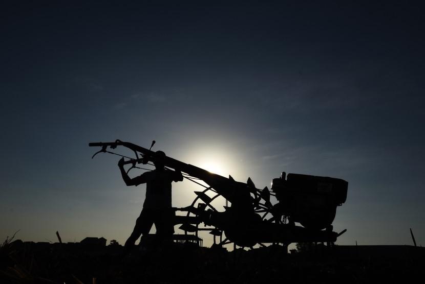 Petani membajak sawahnya yang mengalami kekeringan di Persawahan Samata Gowa, Sulawesi Selatan, Selasa (12/9).