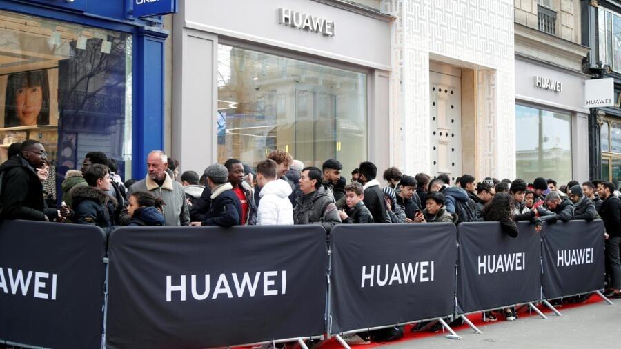 Xếp hàng chờ cửa hàng Hoa Vi ở Opera Garnier Paris Pháp mở cửa, ngày 06/03/2020