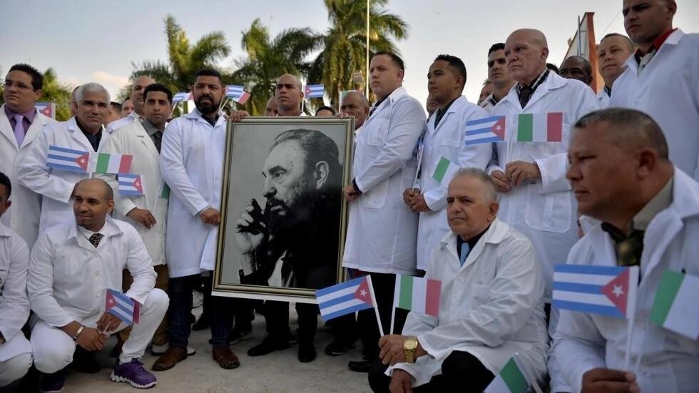 Des médecins cubains posent devant le portrait de Fidel Castro avant leur départ pour l'Italie, le 21 mars 2020. (Image d'illustration)