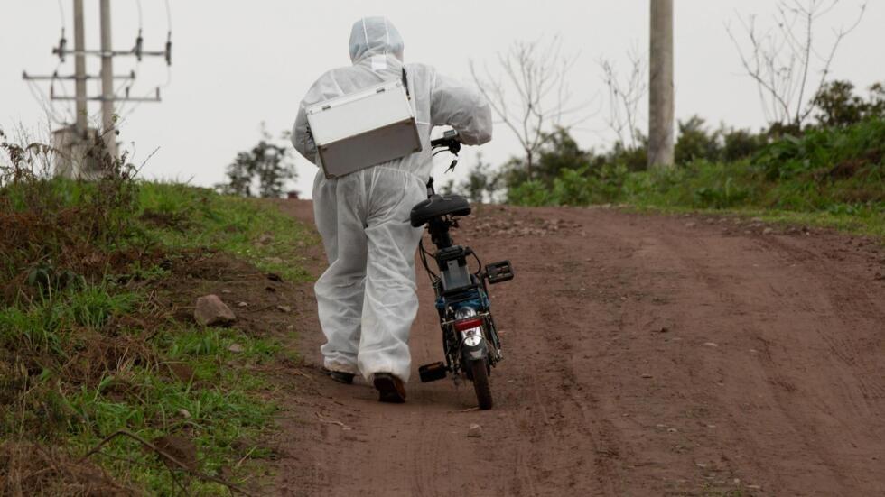 Một nhân viên y tế đi kiểm dịch virus corona tại các làng hẻo lánh trong tỉnh Tứ Xuyên, Trung Quốc. Ảnh chụp ngày 10/02/2020.