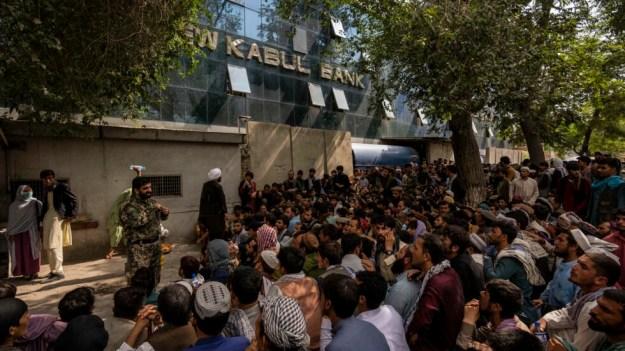 Cientos de afganos hacen cola ante un banco de Kabul para sacar dinero el 12 de septiembre de 2021.