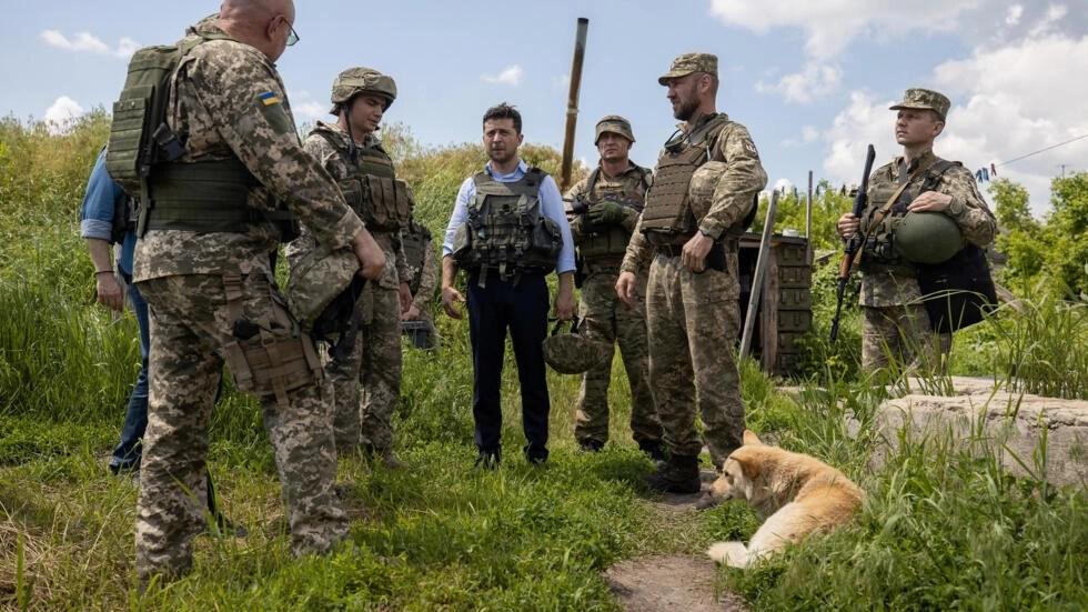 https://i0.wp.com/s.rfi.fr/media/display/99b1963c-10c2-11ea-9a63-005056a99247/w:980/p:16x9/2019-05-27t172858z_1585627850_rc17a094f690_rtrmadp_3_ukraine-crisis-zelenskiy-frontline.webp
