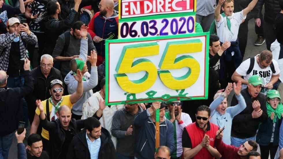 Des Algériens manifestent dans les rues d'Alger pour la 55e semaine consécutives ce vendredi 6 mars 2020.
