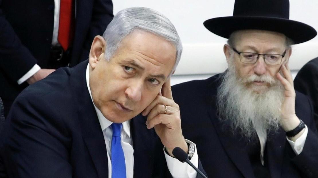 Le Premier ministre israélien Benyamin Netanyahu lors d'une réunion sur le coronavirus à Tel Aviv avec le ministre israélien de la Santé Yaakov Litzman (d), à Tel-Aviv, le 23 février 2020.