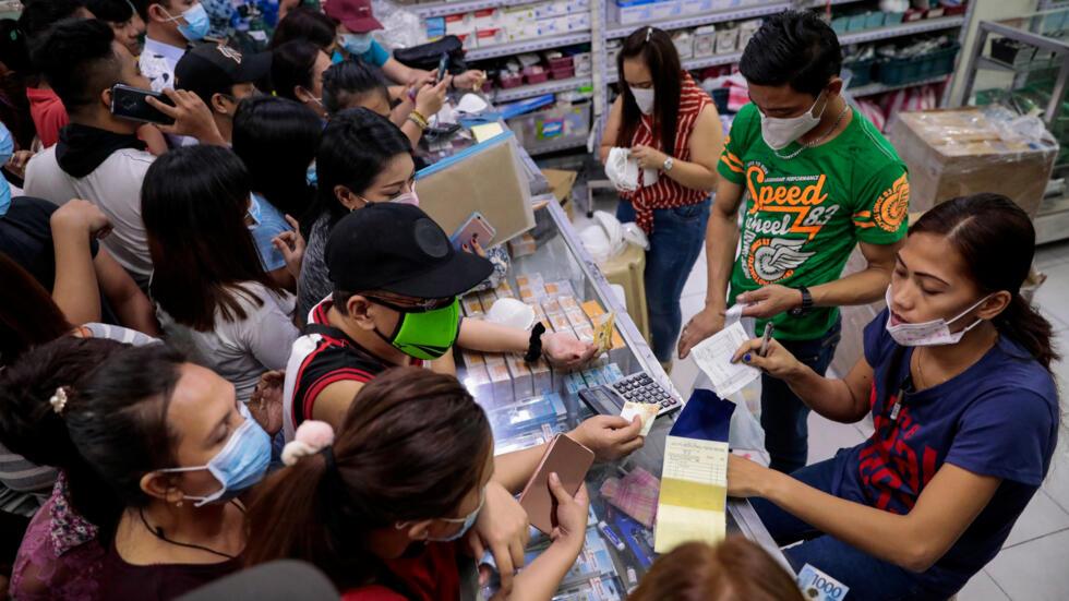 Người dân Philippines đổ xô đi mua khẩu trang tại một hiệu thuốc ở Manila, sau khi chính phủ thông báo ca tử vong đầu tiên vì virus corona mới, ngày 31/01/2020.