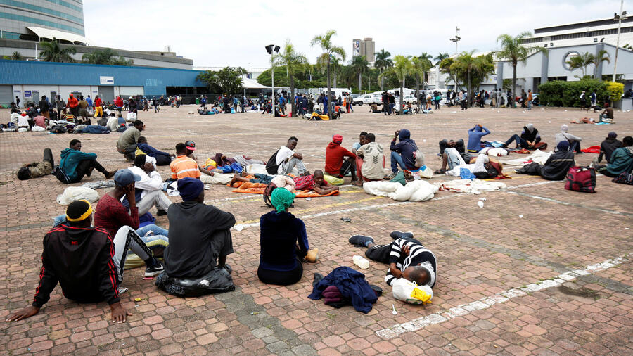 Những người vô gia cư chờ được khám trong lúc dịch virus corona bùng phát tại Durban, Nam Phi. Ảnh chụp ngày 27/03/2020