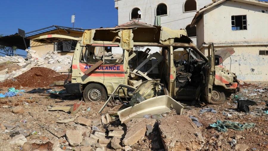 Môt xe cứu thương biến thành đống sắt vụn sau vụ oanh kích vào thành phố do phiến quân kiểm soát Atareb, gần Aleppo, Syria, ngày 15/11/2016.
