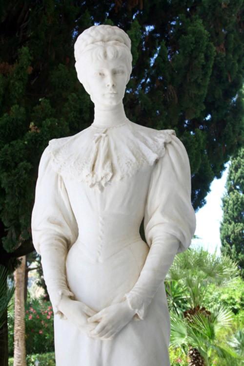 статуя на императрицата – красива и изящна като нея