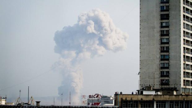 La fumée provenant des explosions survenues dans un dépot d'armes de la capitale du Congo, le 4 mars 2012.