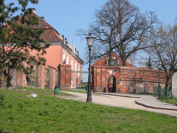 Wzgórze Przemysła przed budową zamku Gargamela. Za bramą widoczny budynek wzniesiony przez Kazimierza Raczyńskiego.