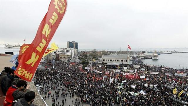 TUR01. Istanbul (Turkey), 08/02/2015.- Members of the Alevi community demonstrate in Istanbul, Turkey, 08 February 2015. Thousands of Alevis rallied in Istanbul to demand equal citizenship rights and freedom of religion. (Protestas, Turquía, Estanbul) EFE/EPA/ULAS YUNUS TOSUN
