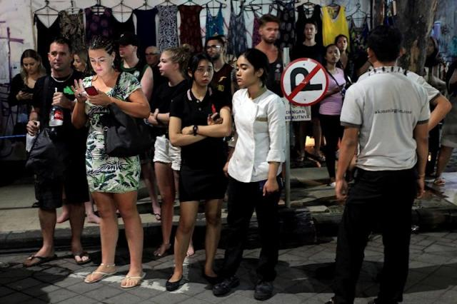 Foreign tourists and hotel staff stand on the street afer being evacuated in Bali's capital Denpasar on Sunday night (AFP Photo/Hendra Broetal)