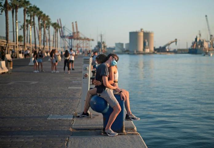 A couple hugging on the promenade of Muelle Uno in Malaga, on July 15.  (Photo: Jesus Merida / SOPA Images / LightRocket via Getty Images)