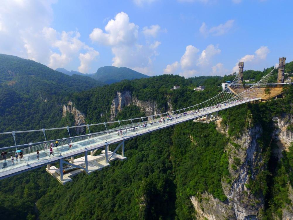 <p>During a series of media events, people were encouraged to try and smash the bridge's glass panels with a sledge hammer. (Getty Images)<br /><br /></p>