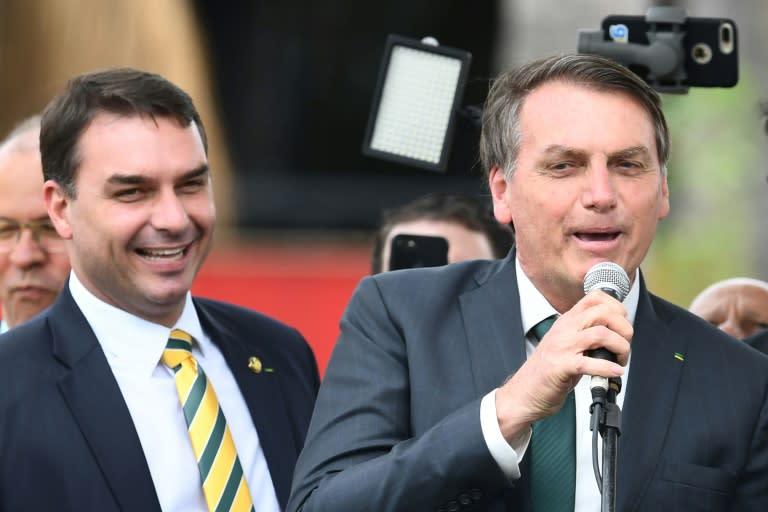 Le président brésilien Jair Bolsonaro (d) et son fils, le sénateur Flavio Bolsonaro, le 21 novembre 2019 à Brasilia (AFP Photo/EVARISTO SA)