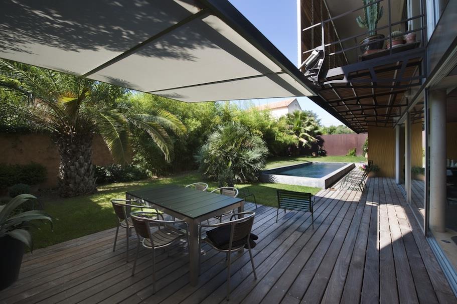 Jardin avec piscine avec une terrasse couverte en bois
