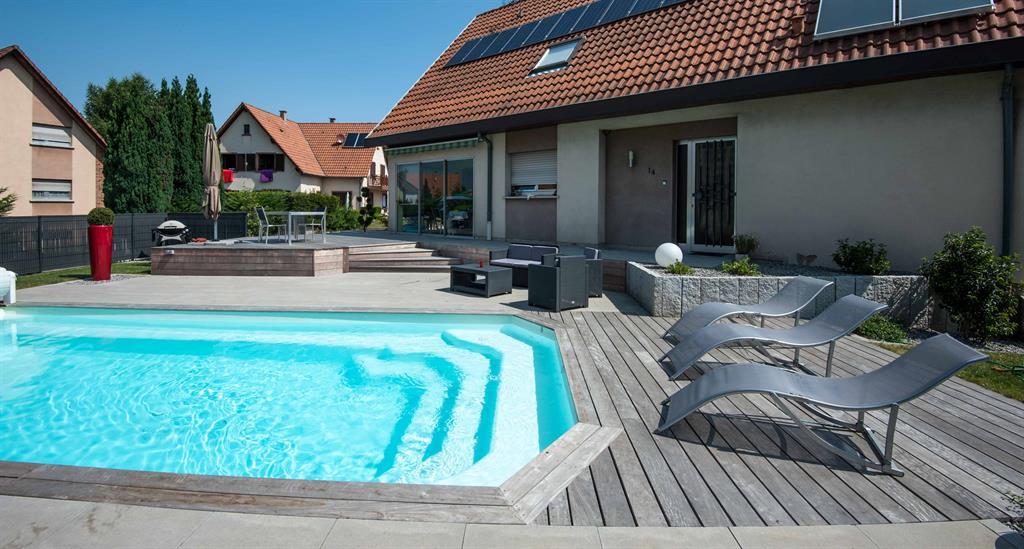 Terrasse en lattes de bois avec piscine Les Nouveaux Paysagistes