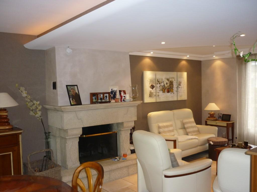 Salon moderne avec chemine en pierres Dco Colas photo n73