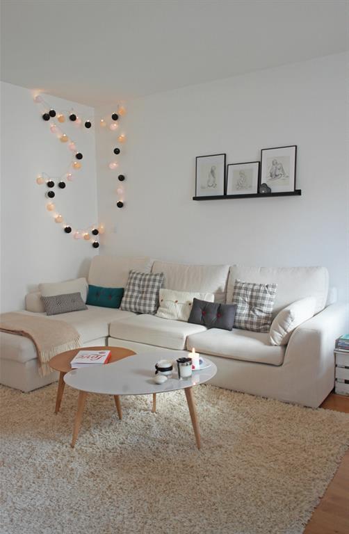 Salon avec canap dangle blanc et table basse design