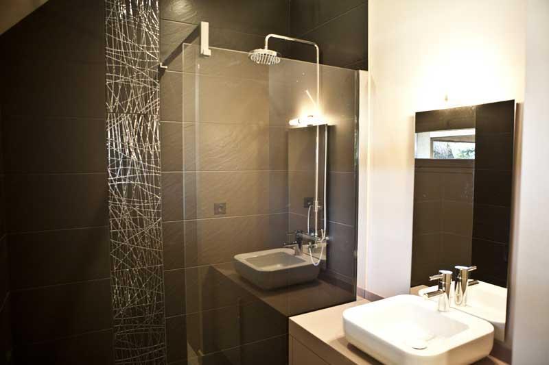 Petite salle de bain contemporaine photos de conception for Petite salle de bain contemporaine