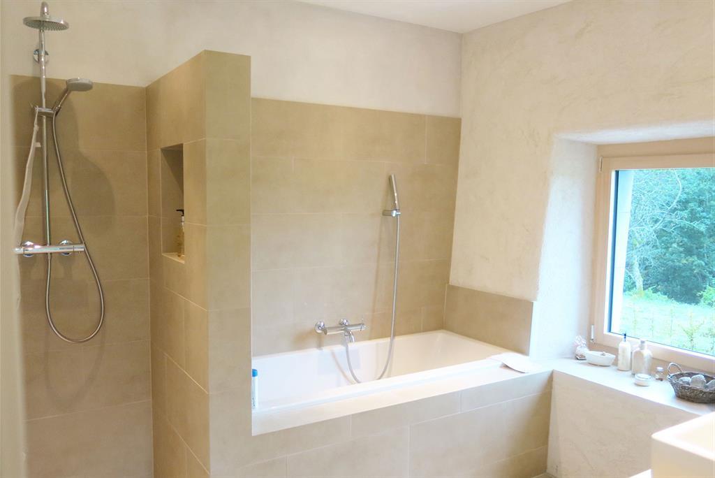 Salle de bain moderne avec douche et baignoire Air Architectes
