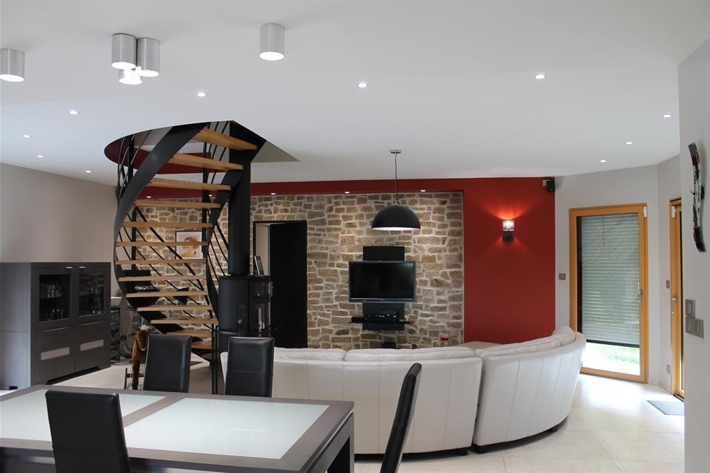 Salon sjour contemporain avec escalier central bois et mtal
