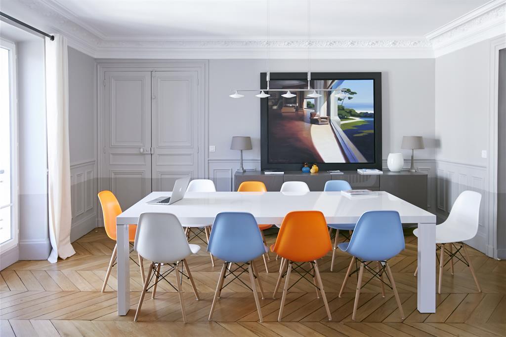 Salle à Manger Avec Chaises Eames Multicolores Bertille Bosset