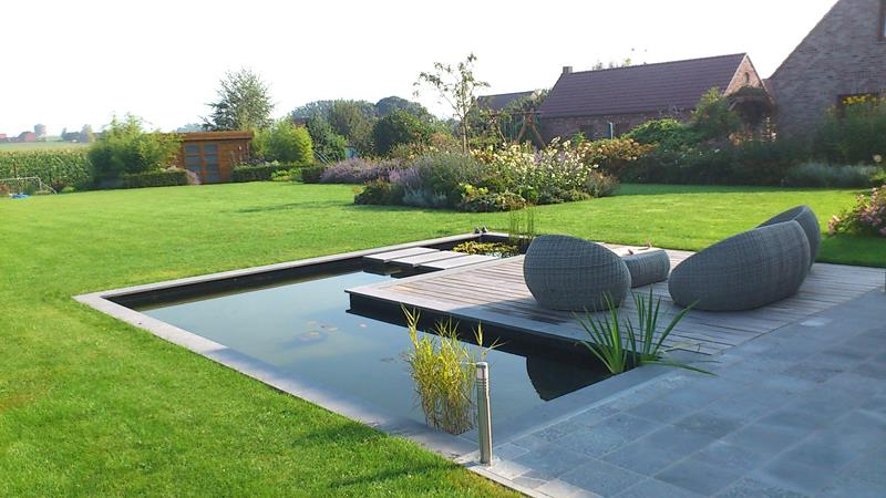 Jardin contemporain avec bassin deau au tour de la terrasse