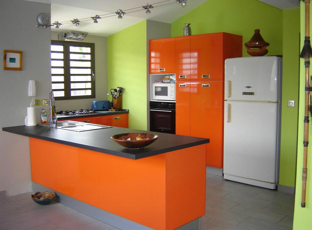 Cuisine avec meubles oranges et murs verts JeanPierre Gautier