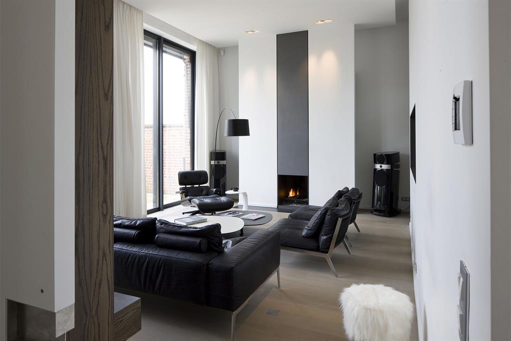Salon et chemine contemporaine dans les tons gris anthracite et blanc