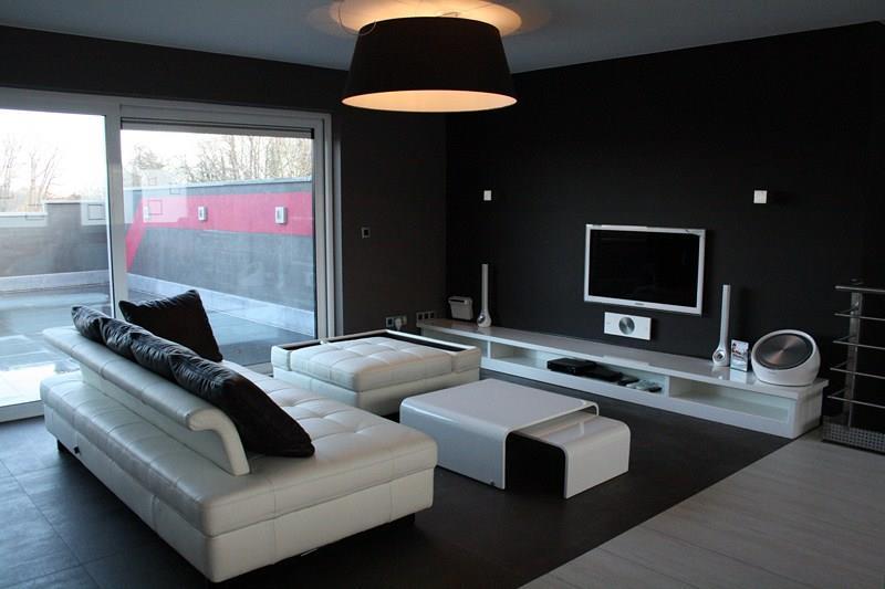 Salon contemporain noir et mobilier blanc Thimote Cubeta