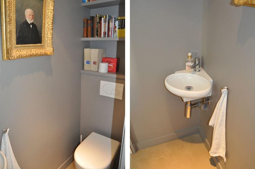 Espace toilettes avec tagres murales et lave mains
