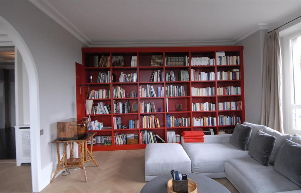 Salon avec bibliothque murale rouge Patrice Reynaud Architectes Associs
