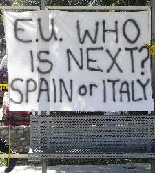 Pancarta colocada frente al Parlamento de Chipre.