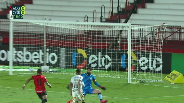 Fernando Miguel! Mosquito é lançado e sai cara a cara, mas goleiro fecha ângulo e faz excelente defesa, aos 14 do 2º