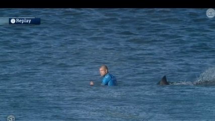 Surfista Mick Fanning é atacado por tubarão em campeonato na África do Sul