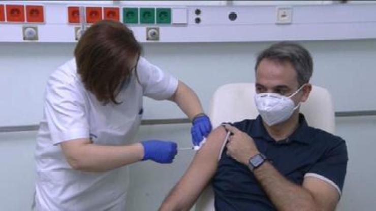 Primeiro-ministro grego, Kyriakos Mitsotakis, é vacinado contra a Covid-19