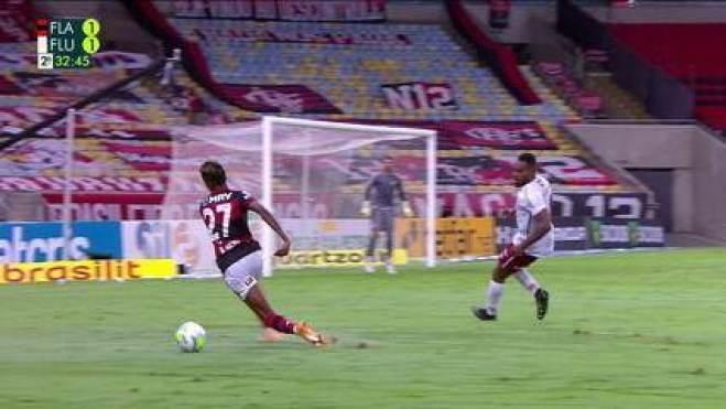 Bruno Henrique tropeça e desperdiça chance de ataque do Flamengo, aos 32 do 2º tempo