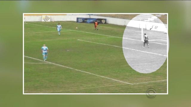 Goleiro cobra tiro de meta e chuta bola para trás