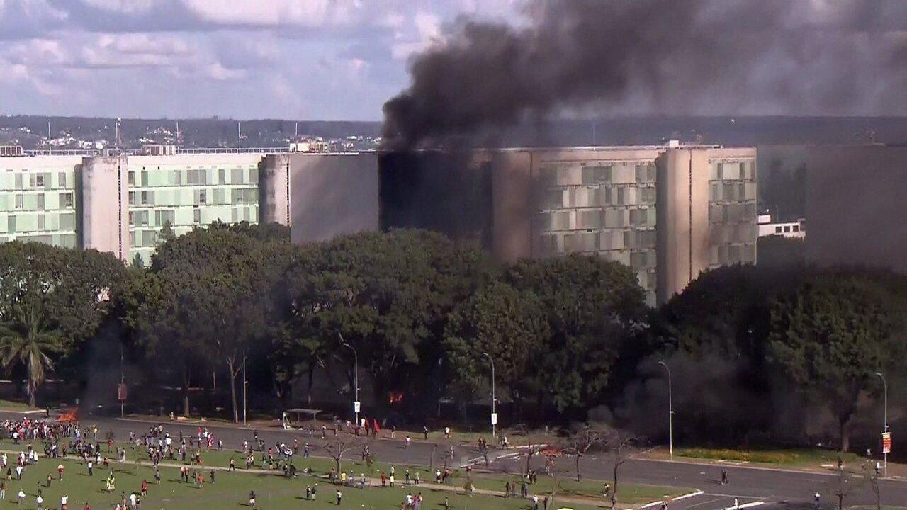 Manifestantes colocam fogo em prédio do Ministério da Agricultura em Brasília