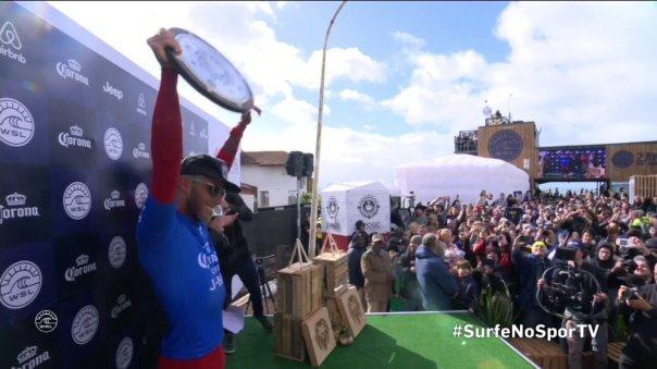 Filipe Toledo é campeão em Jeffreys Bay e comemora com amigos, família e torcida na África