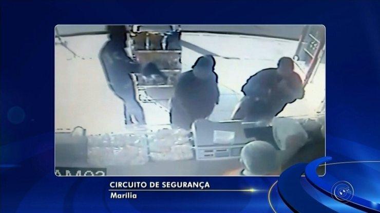 Mulher com bengala reage durante assalto a padaria em Marília